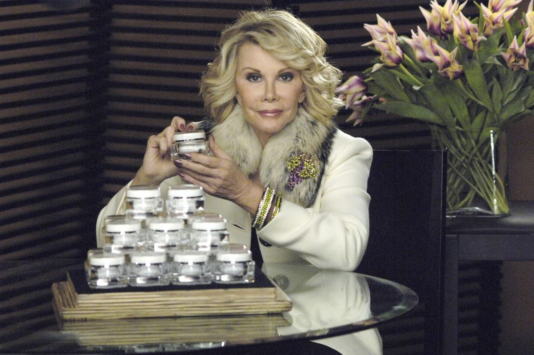 Ist von dem neuen Hautpflegeprodukt total begeistert: Joan Rivers (Joan Rivers) ... - Bildquelle: TM and   2005 Warner Bros. Entertainment Inc. All Rights Reserved.