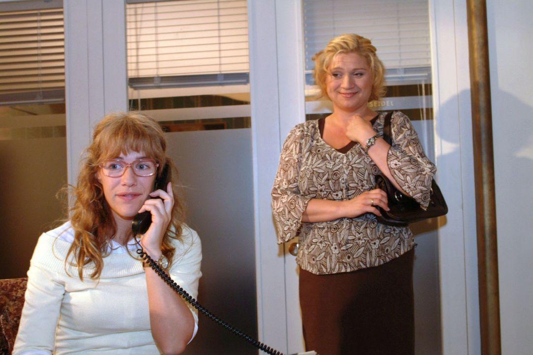 Als Lisa (Alexandra Neldel, l.) versucht Agnes (Susanne Szell, r.) anzurufen, um sie zurückzuholen, steht die schon hinter ihr: David hat ihr bereit... - Bildquelle: Monika Schürle Sat.1