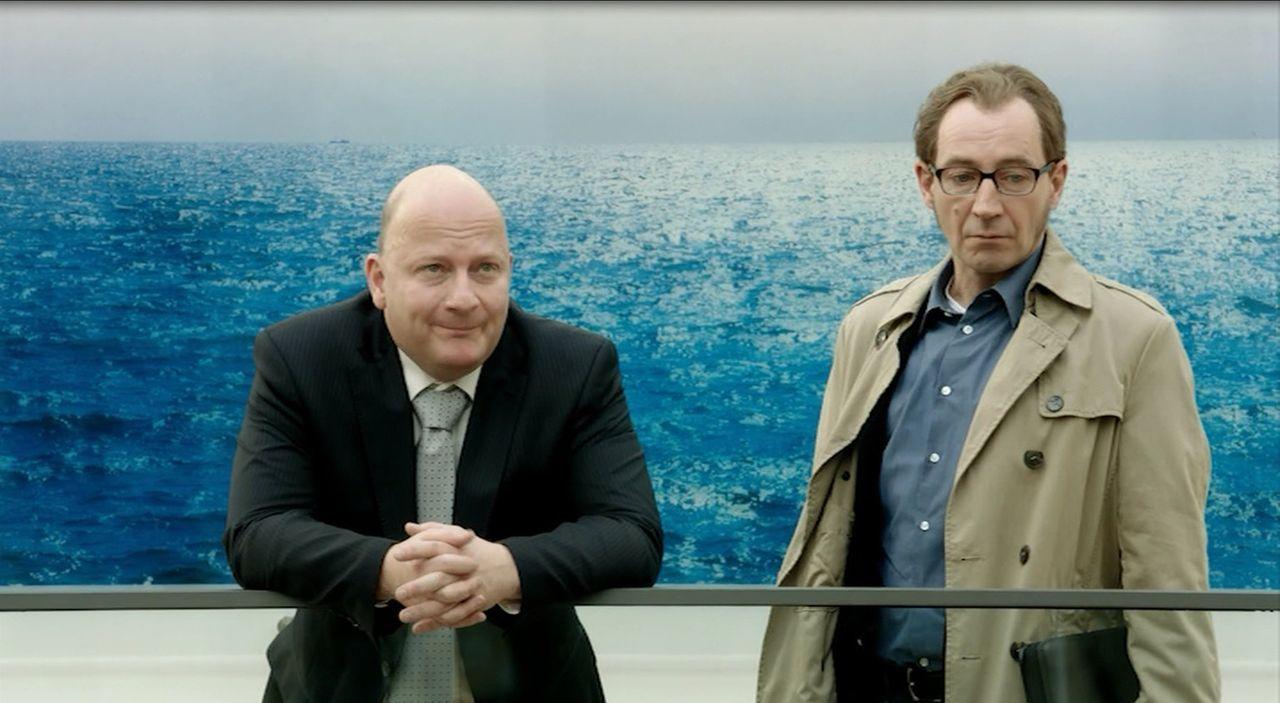 Am 11. Dezember 2011 konfrontiert Bild-Redakteur Martin Heidemanns (Thorsten Merten, r.) Olaf Glaeseker (Holger Kunkel, l.), den Sprecher des Bundes... - Bildquelle: SAT.1