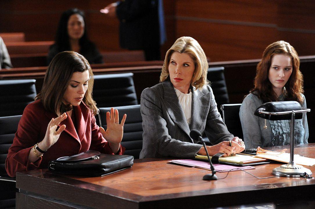 Alicia (Julianna Margulies, l.) und Diane (Christine Baranski, M.) vertreten Caitlin Fenton (Rachel Brosnahan, r.) vor Gericht. Sie ist nur eine von... - Bildquelle: 2010 CBS Broadcasting Inc. All Rights Reserved.