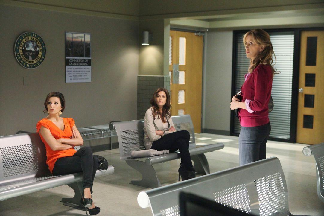 Chuck lädt Gabrielle (Eva Longoria, l.), Susan (Teri Hatcher, M.) und Lynette (Felicity Huffman, r.)einzeln zum Verhör über das Verschwinden und den... - Bildquelle: ABC Studios