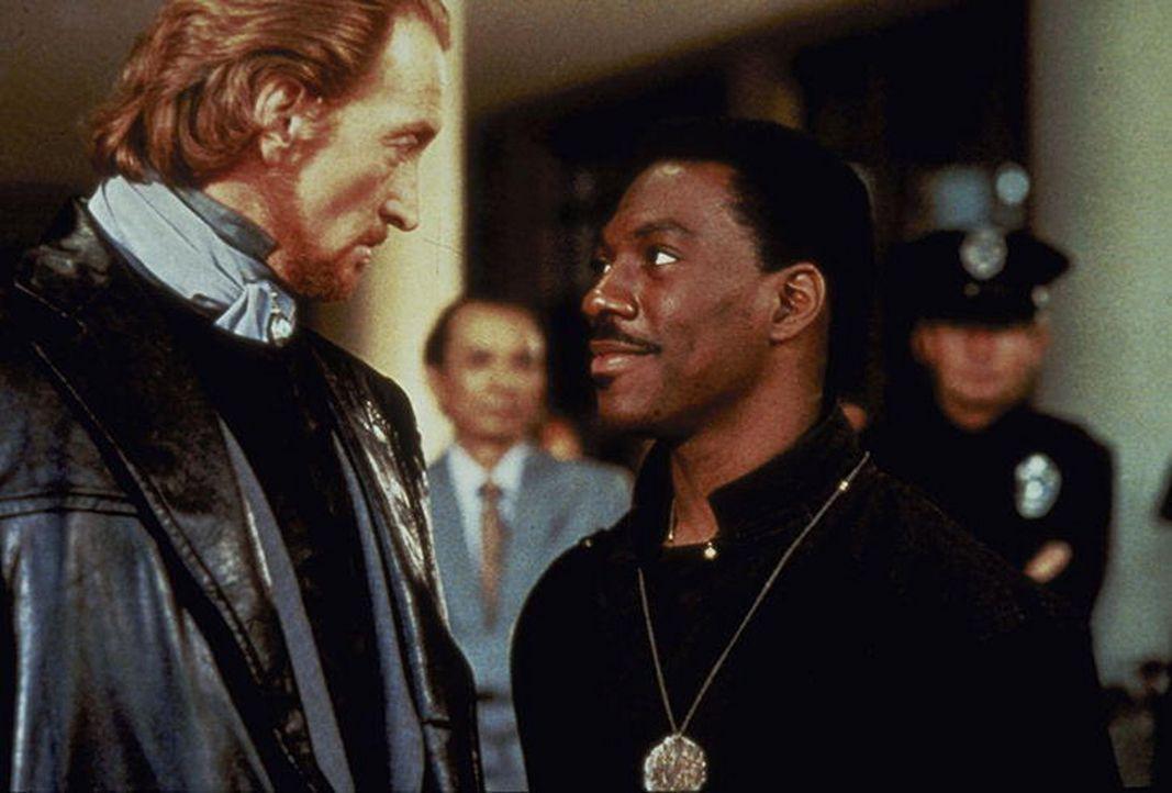 Sardo Numspa (Charles Dance, l.), der Abgesante des Bösen, glaubt mit dem witzelnden Sozialarbeiter Chandler Jarrell (Eddie Murphy, r.) ein leichte... - Bildquelle: Paramount Pictures