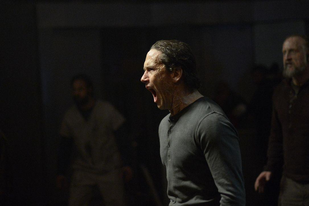 Peter (Neil Napier) übernimmt die Herrschaft bei den Vektoren. Wohin wird er sie führen? - Bildquelle: 2014 Sony Pictures Television Inc. All Rights Reserved.