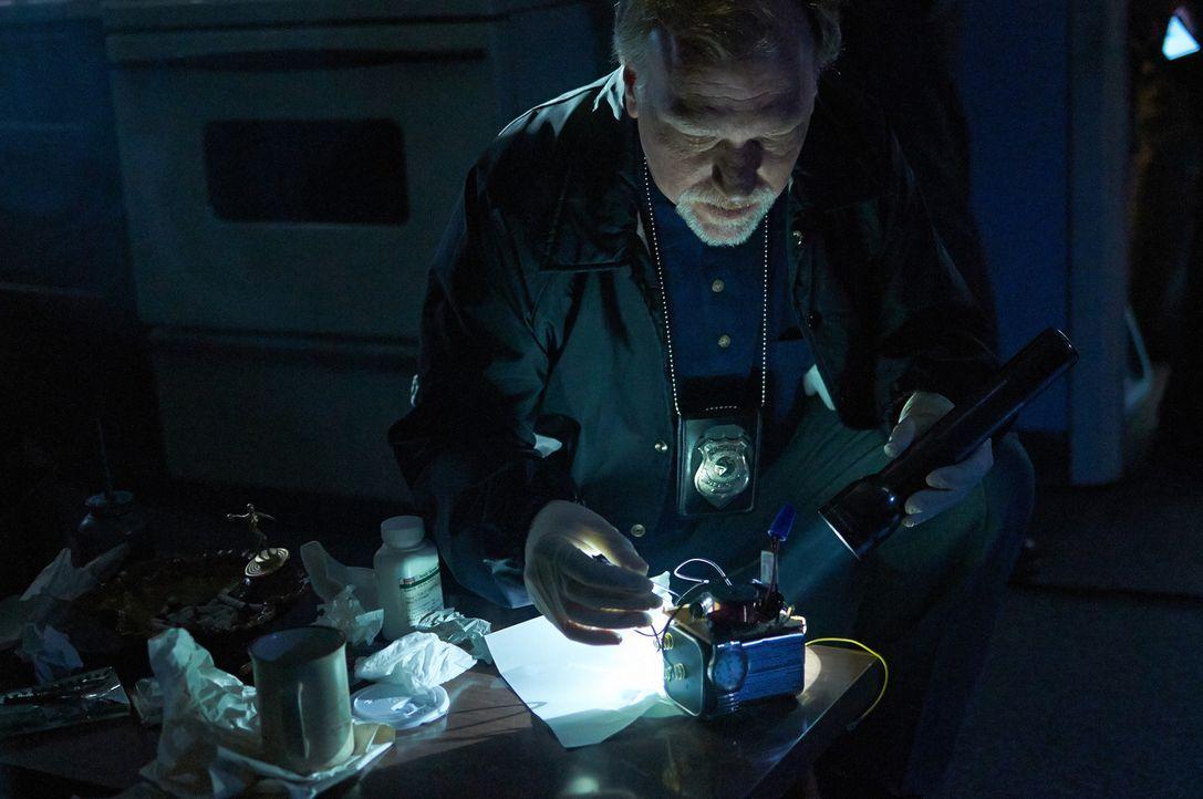 Findet Captain Thomley Hinweise auf das verschwundene Mädchen an einer selbst gebauten Bombe? - Bildquelle: Ian Watson Cineflix 2014