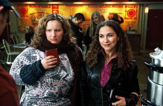 Sechserpack - Zwei Mädels (Nina Vorbrodt, l. und Shirin Soraya, r.) wollen ma...