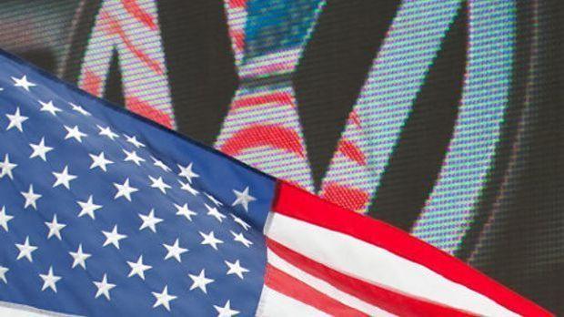 VW-Logo mit US-Flagge