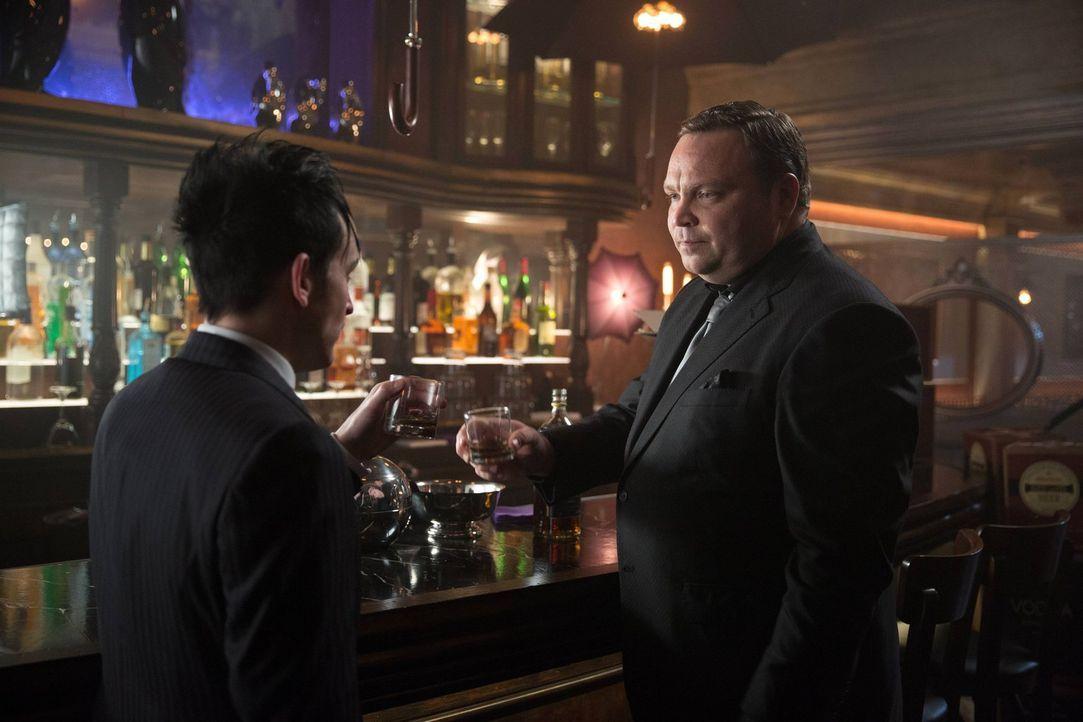 Oswald Cobblepott (Robin Lord Taylor, l.) hat Probleme im Club, ihm ist der Alkohol ausgegangen. Butch (Drew Powell, r.) kann ihm allerdings nicht h... - Bildquelle: Warner Bros. Entertainment, Inc.