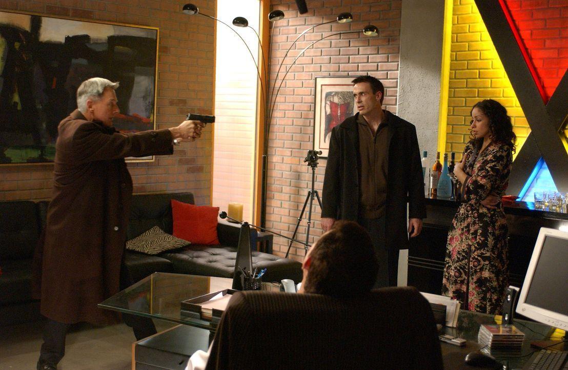 Da sich Gibbs (Mark Harom, l.) sicher ist, dass Blue McGinty (Mark Griffen, M.) und Samantha King (Mya, r.) die Mörder von Manda sind, kommt es in I... - Bildquelle: CBS Television