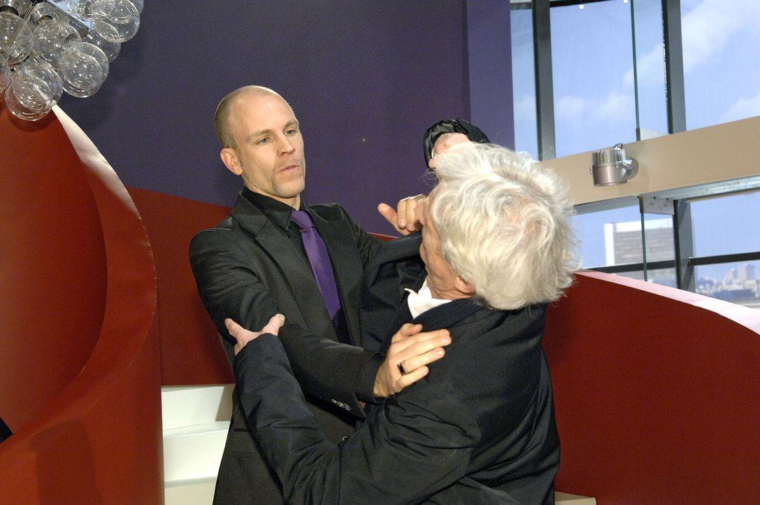 In seiner Wut auf Robert (Mathieu Carrière, r.) schubst Gerrit (Lars Löllmann, l.) seinen Vater die Treppe herunter ...