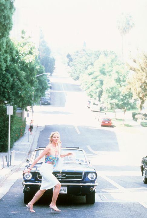 Sam (Kim Cattrall) hält die Fahrkünste ihrer Freundin Carrie nicht mehr aus und steigt endgültig aus dem Mustang aus. - Bildquelle: Paramount Pictures