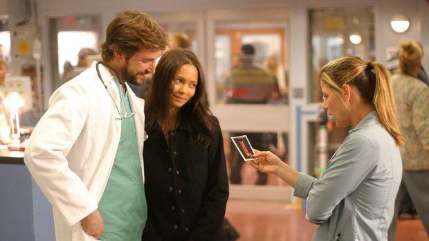 Carter (Noah Wyle, l.) und seine neue Flamme Kem (Thandie Newton, M.) zeigen...