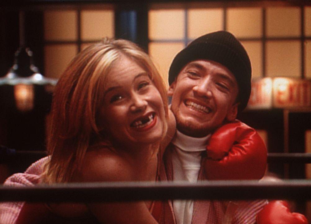 Bud (David Faustino, r.) ist sich sicher, dass Kellys (Christina Applegate, l.) Preisgeld gerade mal für die Zahnbehandlung ausreichen wird. - Bildquelle: Sony Pictures Television International. All Rights Reserved.