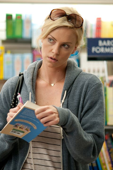 Als sich die einstige Königin des Abschlussballs, Mavis (Charlize Theron), auf den Weg zurück in ihr ehemaliges Reich, ihren Heimatort, macht, will... - Bildquelle: Phillip Caruso 2011 Paramount Pictures and Mercury Productions, LLC. All Rights Reserved.