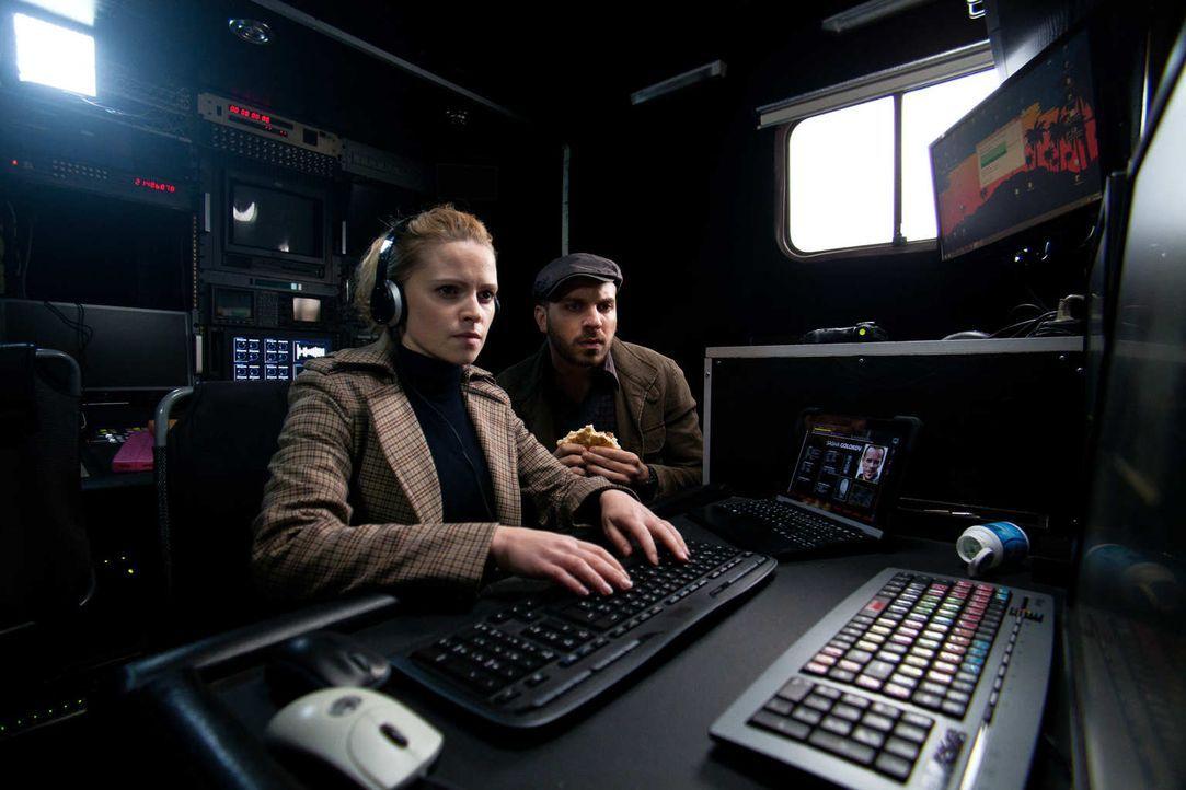 Klara (Jennifer Ulrich, l.) ist eine erfolgreiche Cyber-Agentin beim BND, die gemeinsam mit ihrem chaotischen Kollegen Mickey (Edin Hasanovic, r.) S... - Bildquelle: Maor Waisburd SAT.1