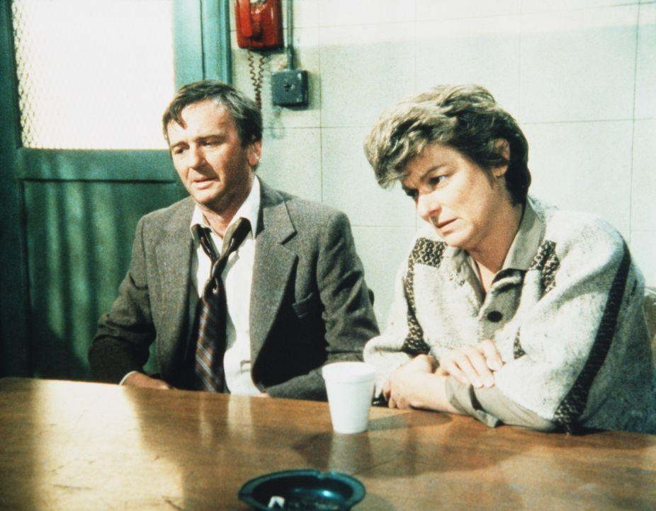 Mr. (J. C. Quinn, r.) und Mrs. Patterson (Anne Gee Byrd) sind verzweifelt. Ihr Sohn Dwayne ist seit Tagen verschwunden. - Bildquelle: ORION PICTURES CORPORATION. ALL RIGHTS RESERVED.