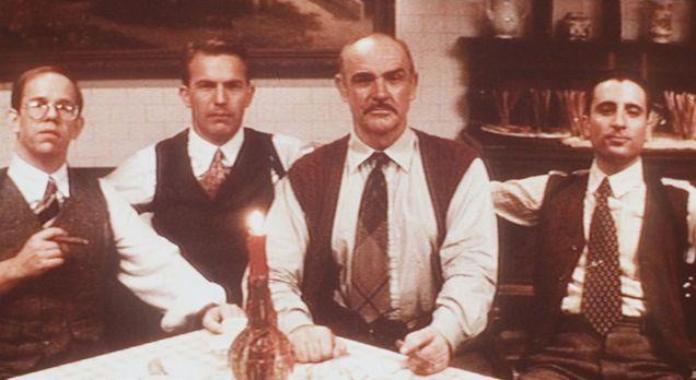 Die Unbestechlichen - Oscar Wallace (Charles Martin Smith, l.), Eliot Ness (K...