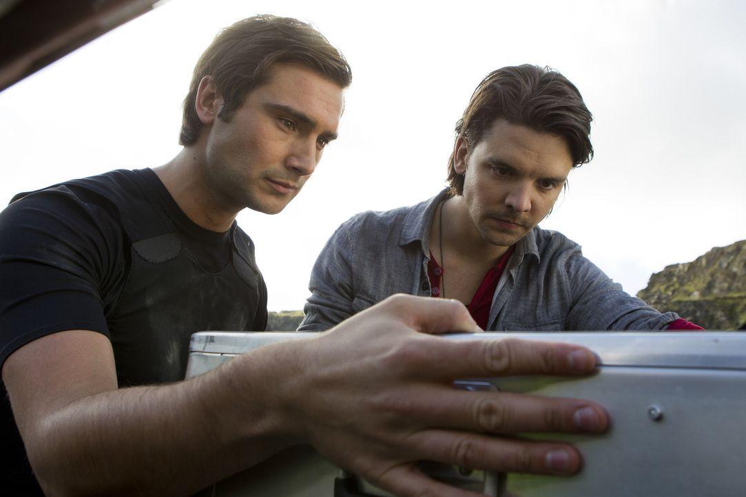 Versuchen alles, um die Zukunft zu retten: Connor (Andrew Lee Potts, r.) und Becker (Ben Mansfield, l.) ... - Bildquelle: ITV Plc