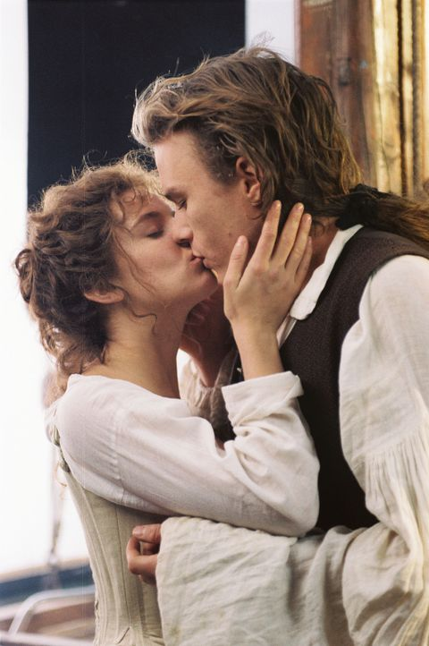 Haben nur noch wenig Zeit, denn die Inquisition ist ihm dicht auf den Fersen: Francesca (Sienna Miller, l.) und Casanova (Heath Ledger, r.) ... - Bildquelle: Buena Vista Pictures. All rights reserved