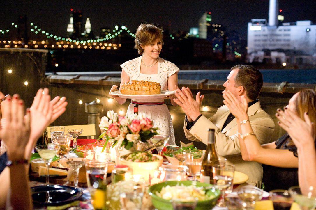 Julie Powell (Amy Adams, stehend) ist ganz schön frustriert, weil ihr 30. Geburtstag direkt bevorsteht. Auf der Suche nach einer neuen Aufgabe entde... - Bildquelle: 2009 Columbia Pictures Industries, Inc. All Rights Reserved.