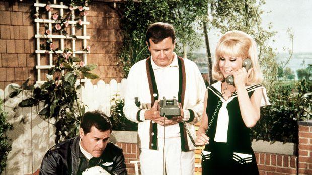 Jeannie (Barbara Eden, r.) und Roger (Bill Daily, M.) sind mit den Vorbereitu...
