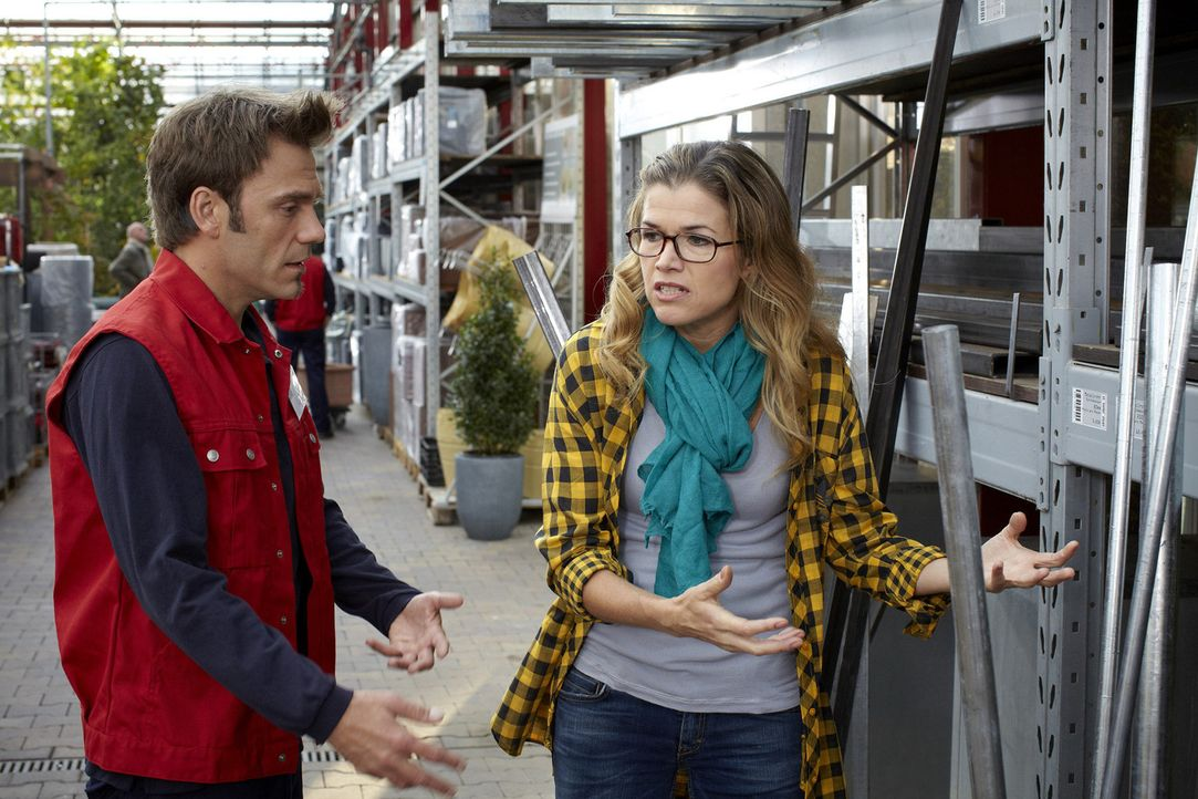 Bio oder nicht? Bianca (Anke Engelke, r.) steht vor einem Regal mit Metallrohren. Ein Verkäufer (Daniel Wiemer, l.) bietet ihr seine Hilfe an - und... - Bildquelle: Guido Engels SAT.1