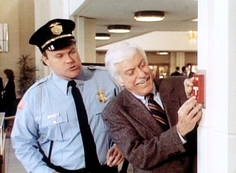 Dr. Sloan (Dick Van Dyke, r.) löst zum Schrecken der Sicherheitsleute einen Feueralarm aus. - Bildquelle: Viacom