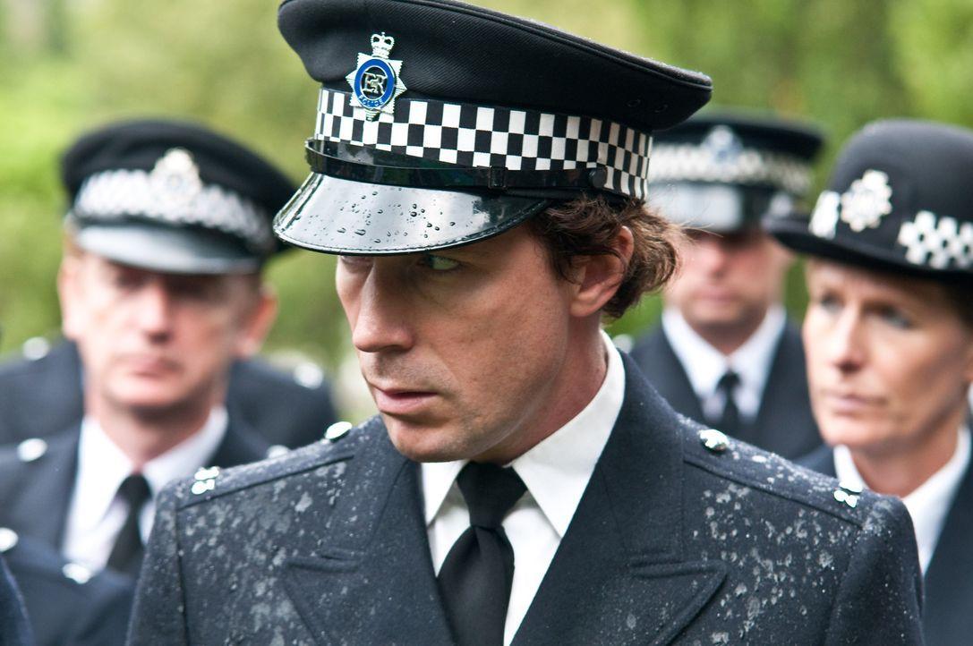 """In einer gestohlenen Uniform auf der Jagd nach dem nächsten Opfer: der skrupellose Cop-Killer """"Blitz"""" (Aidan Gillen) ..."""