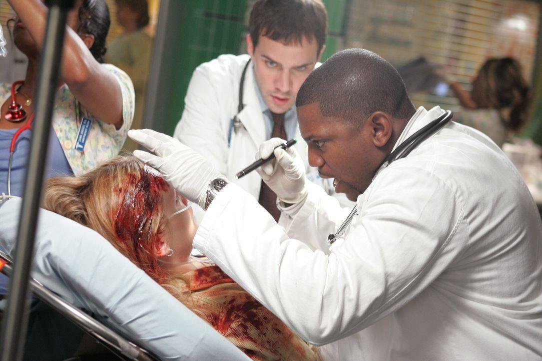 Grady (Gil McKinney, l.) und Pratt (Mekhi Phifer, r.) kümmern sich um eine Patientin, die in die Notaufnahme eingeliefert wurde ... - Bildquelle: Warner Bros. Television