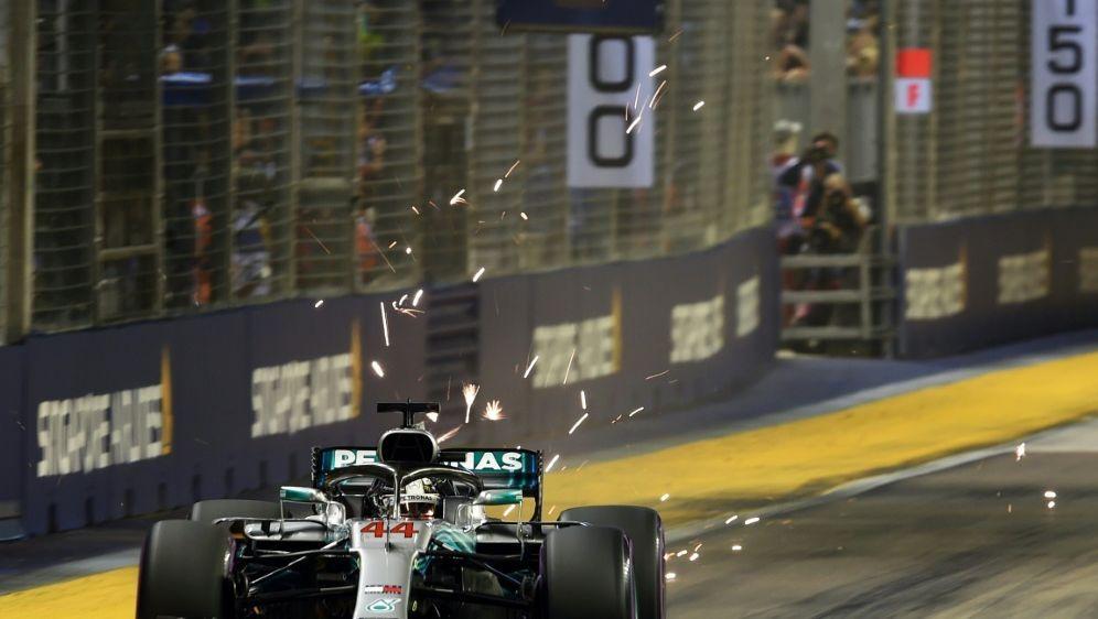 Lewis Hamilton startet in Singapur von der Pole - Bildquelle: AFPSIDRoslan RAHMAN