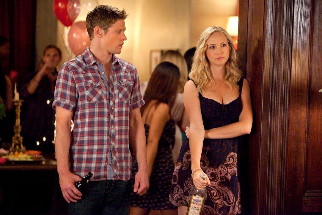Caroline Forbes (Candice Accola, r.) und Matt Donovan (Zach Roerig, l.) feiern Elenas 18. Geburtstag ... - Bildquelle: © Warner Bros. Entertainment Inc.