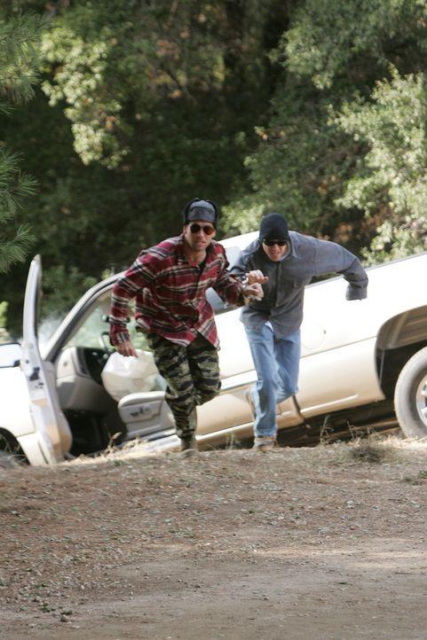 Die NCIS hat Tony (Michael Weatherly, l.) als Undercover-Agenten auf einen Kriminellen, Jeffrey White (Frank Whaley, r.), angesetzt, der mit einem K... - Bildquelle: CBS Television