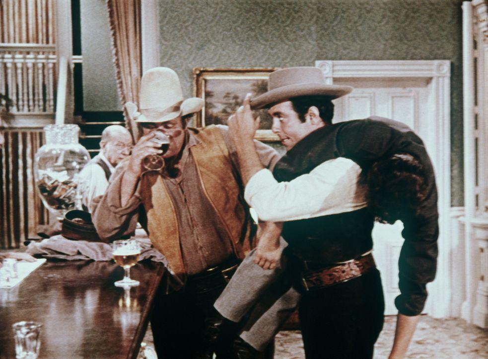 Während Hoss Cartwright (Dan Blocker, l.) sich ein Bier gönnt, muss Adam (Pernell Roberts, r.) seinen Bruder Little Joe (Michael Landon) tragen ... - Bildquelle: Paramount Pictures