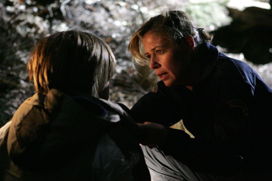 Abby (Maura Tierney, r.) versucht alles, um Milo (Remy Thorne, l.) zu retten ... - Bildquelle: Warner Bros. Television