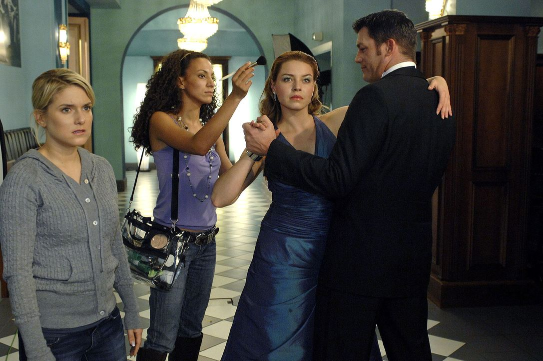 Verzweifelt versucht Anna (Jeanette Biedermann, l.) das Shooting zu retten - doch Katja (Karolina Lodyga, 2.v.r.) inszeniert alles nach ihren Vorste... - Bildquelle: Oliver Ziebe Sat.1