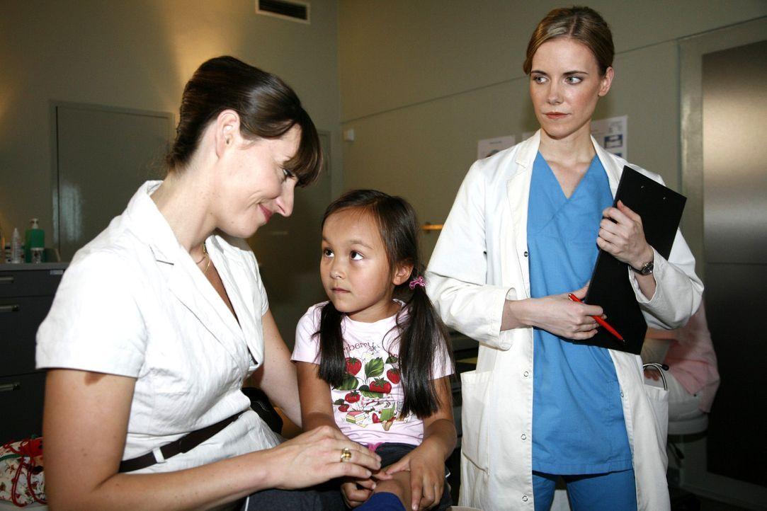 Luisa (Jana Voosen, r.) beobachtet die kleine Joy (Joelle Nguyen, M.) mit ihrer überforderten Pflegemutter Eva Francke (Natascha Paulick, l.). - Bildquelle: Mosch Sat.1