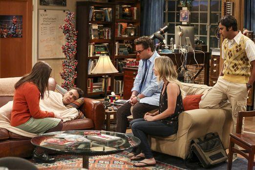 The Big Bang Theory - Sheldon (Jim Parsons, 2.v.l.) ist am Ende. Er sieht sic...