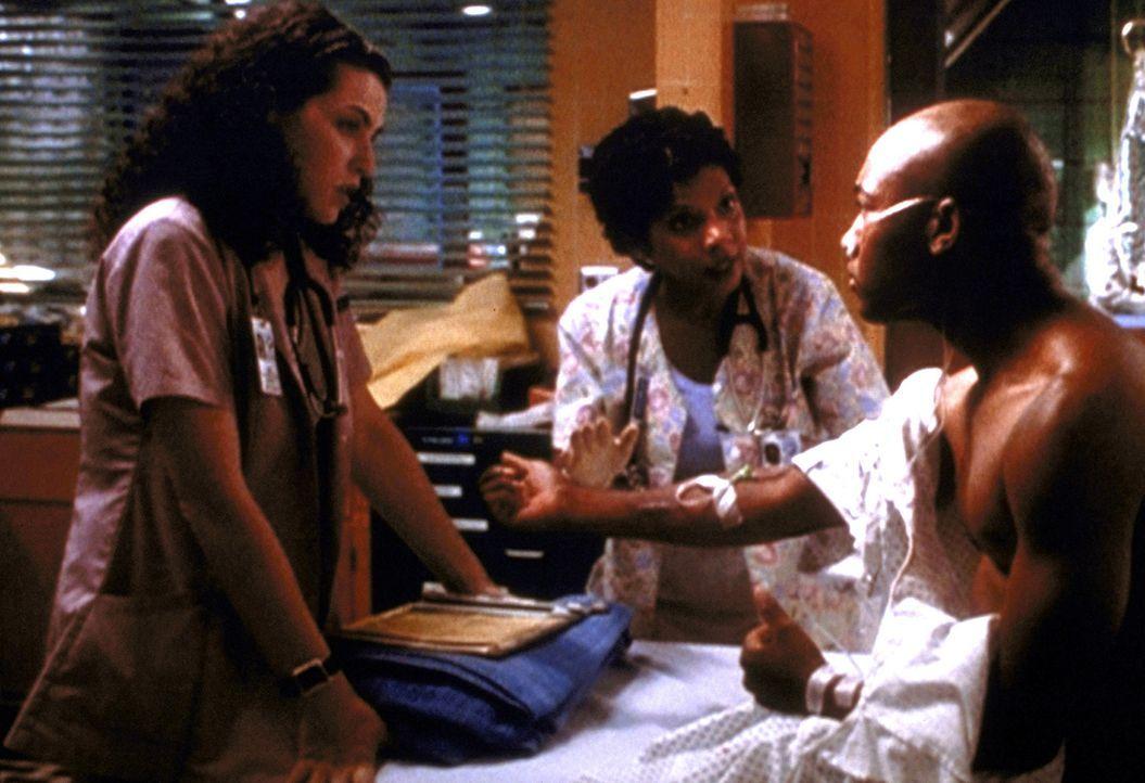 Hathaway (Julianna Margulies, l.) und Lynette (Penny Johnson, r.) bemühen sich um Bo. - Bildquelle: TM+  2000 WARNER BROS.