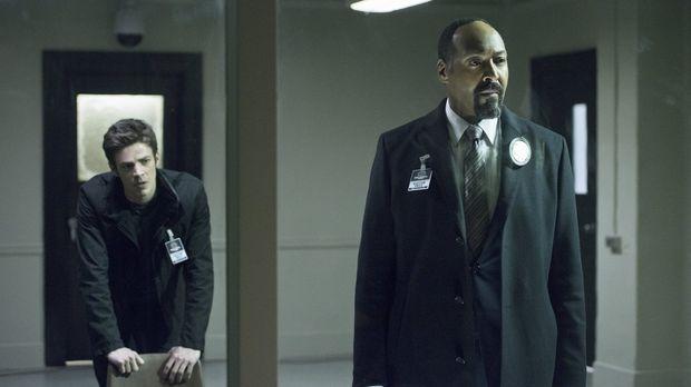 Können Barry (Grant Gustin, l.) und Joe (Jesse L. Martin, r.) ihre Nachforsch...