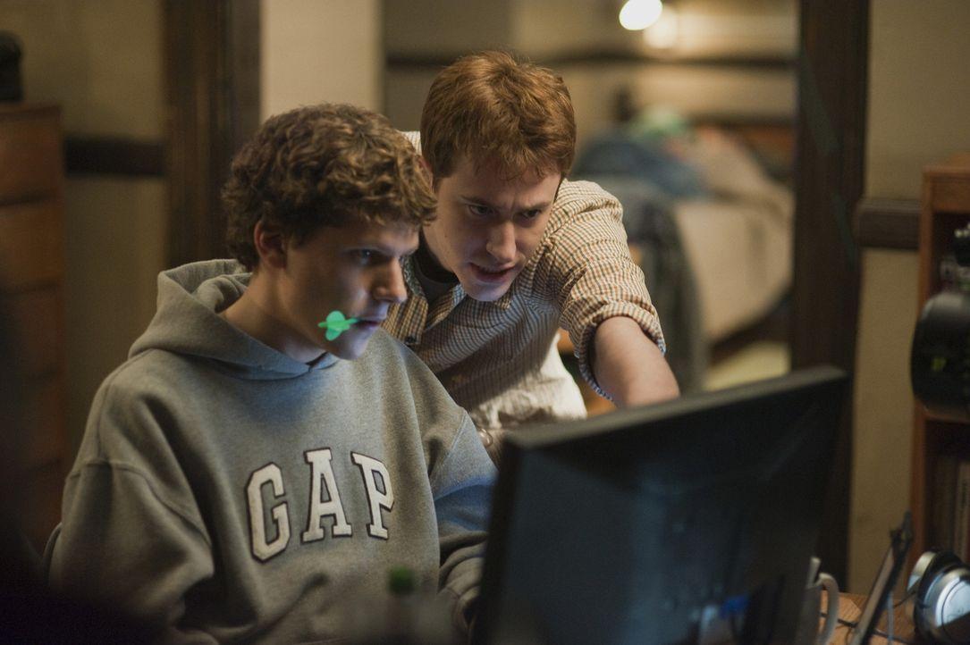 Findet in den Anfangsjahren große Unterstützung bei Dustin Moskovitz (Joseph Mazzello, r.): Mark Zuckerberg (Jesse Eisenberg, l.) ... - Bildquelle: 2010 Columbia Pictures Industries, Inc. and Beverly Blvd LLC. All Rights Reserved.