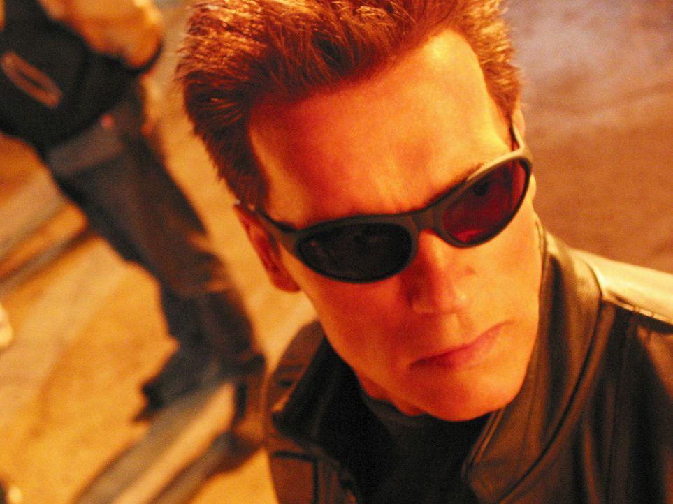 Die Menschheit ist am Rande der Ausrottung. Verzweifelt versucht T-800 (Arnold Schwarzenegger) dies zu verhindern ... - Bildquelle: 2004 Sony Pictures Television International. All Rights Reserved.