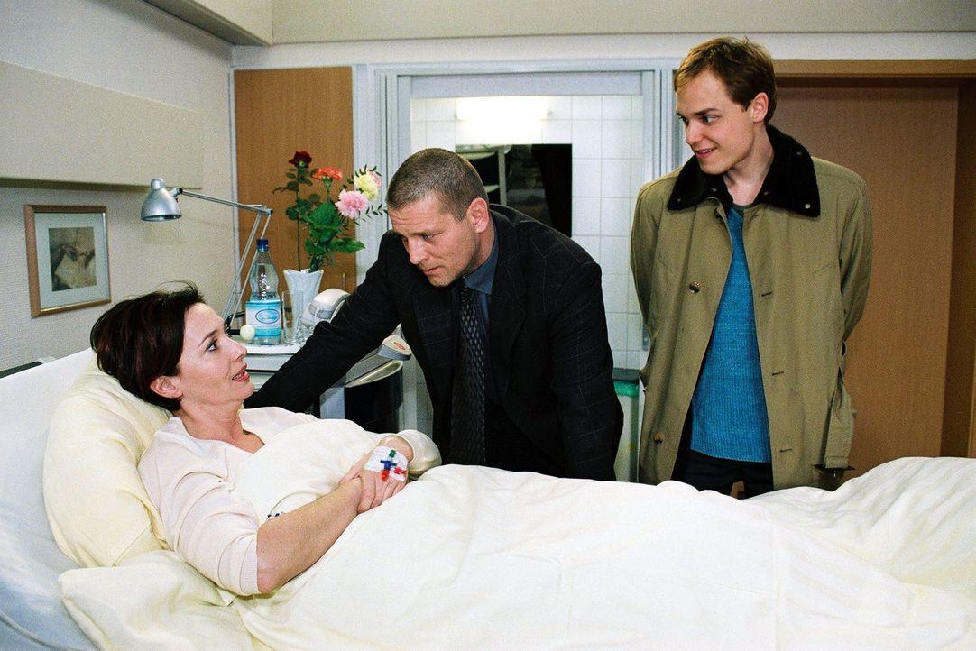 Beatrice van Straaten (Michele Marian, l.) steckt in der Zwickmühle: Sie liebt ihren Sohn Bo (Adrian Zwicker, r.), steckt ihm immer wieder Geld für... - Bildquelle: Monika Schürle Sat.1
