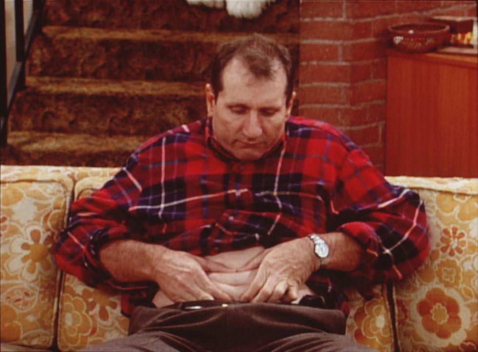 """Al (Ed O'Neill) nach der harten Arbeit im Schuhladen: Muße für die""""Nabelschau"""". - Bildquelle: Sony Pictures Television International. All Rights Reserved."""