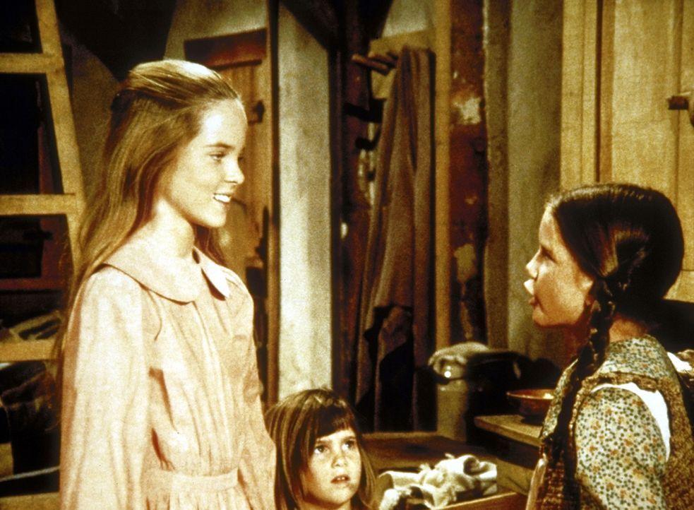 Mary (Melissa Sue Anderson, l.), Laura (Melissa Gilbert, r.) und Carrie (Lindsay Sidney Greenbush, M.) überlegen, was sie ihren Eltern zu Weihnacht... - Bildquelle: Worldvision