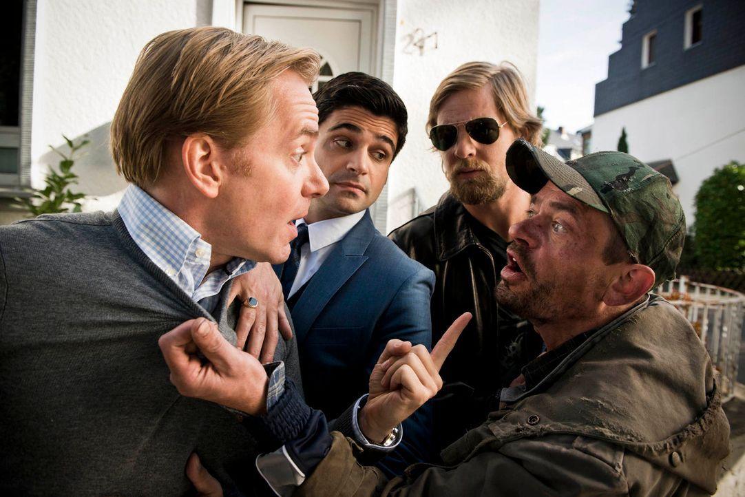 Kurt (Henning Peker, r.), ein anderer Obdachloser und guter Freund von Benno, bringt Mick (Henning Baum, 2.v.r.) und Andreas (Maximilian Grill, 2.v.... - Bildquelle: Martin Rottenkolber SAT. 1