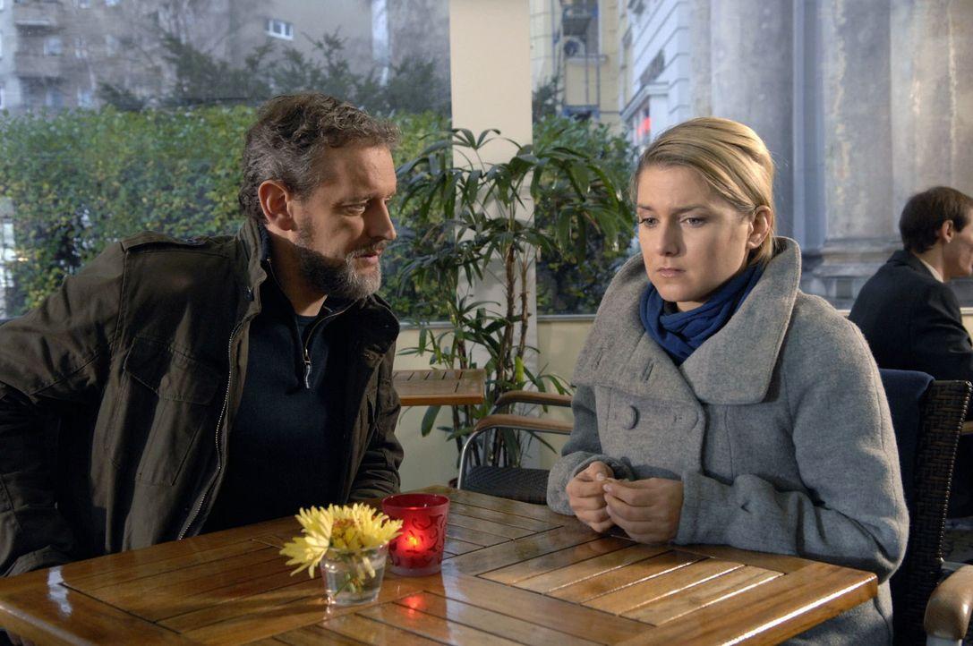 Ingo (Wolfgang Wagner, l.) erklärt Anna (Jeanette Biedermann, r.), weshalb er sich Susanne gegenüber noch nicht zu erkennen gegeben hat. - Bildquelle: Claudius Pflug Sat.1