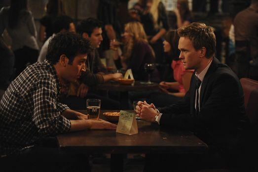 How I Met Your Mother - Ted (Josh Radnor, l.) gibt Barney (Neil Patrick Harri...