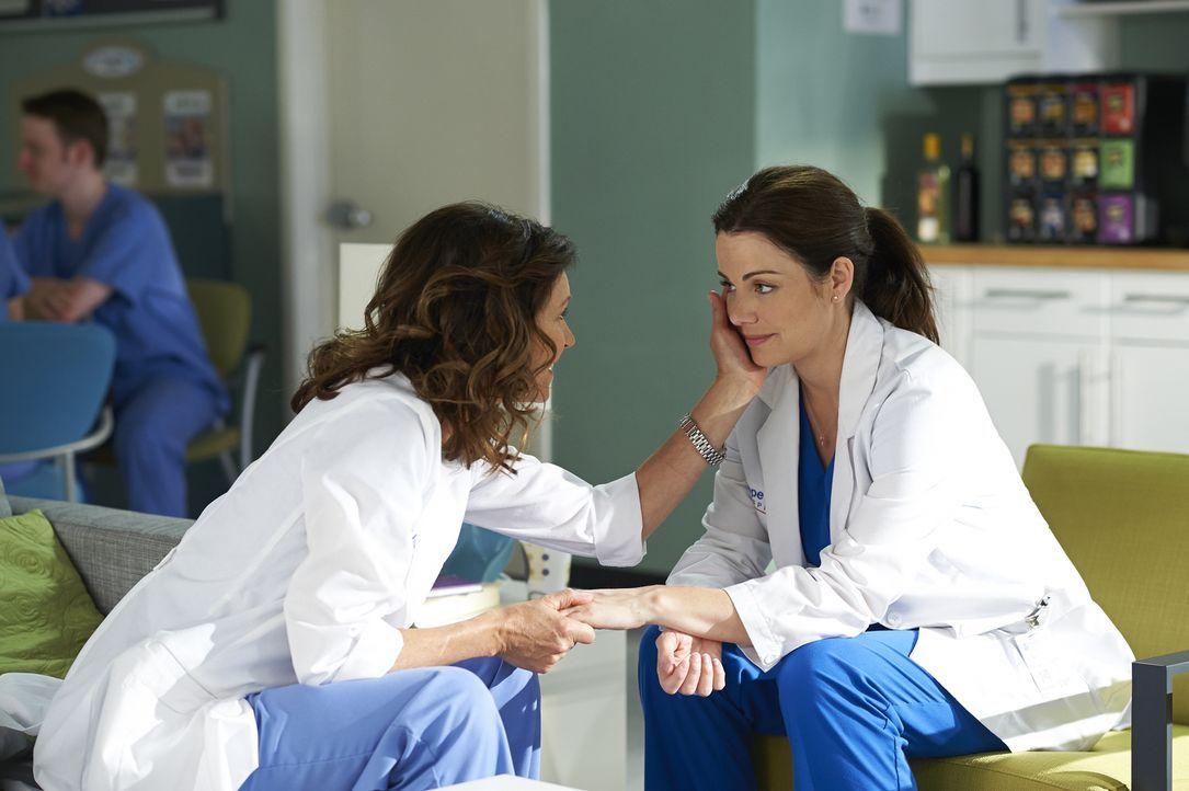 Alex (Erica Durance, r.) sucht Rat bei Dana (Wendy Crewson, l.), als das Krampfen der Hand zum Problem wird ... - Bildquelle: Ken Woroner 2014 Hope Zee Three Inc.