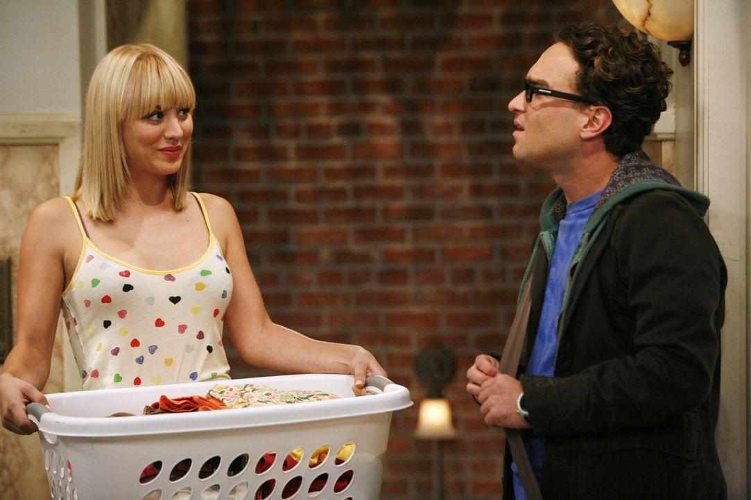 Als Leonard (Johnny Galecki, r.) sein Erlebnis mit Leslie Penny (Kaley Cuoco, l.) erzählt, verfällt er so sehr ins Analysieren, dass er nicht mitb... - Bildquelle: Warner Bros. Television