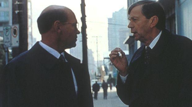 Walter S. Skinner (Mitch Pileggi, l.) wird vor seinem Haus von dem CIA-Mann (...