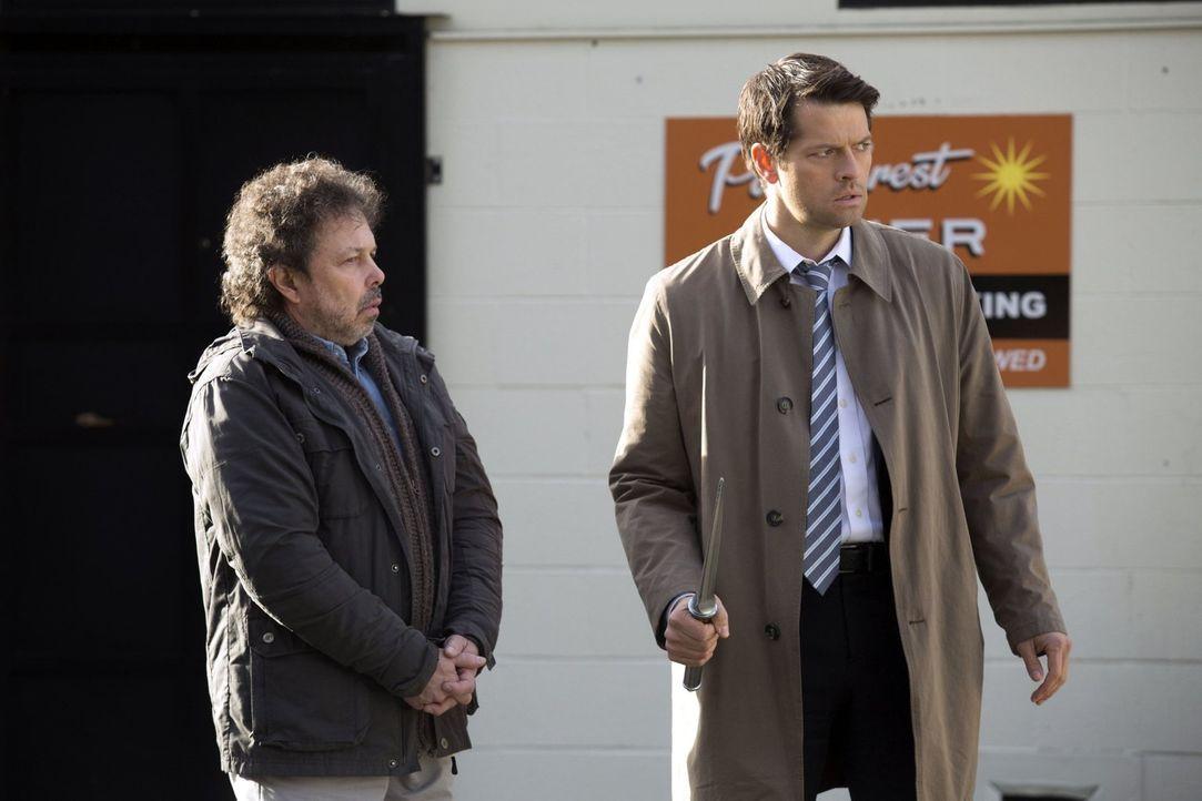 Metatron (Curtis Armstrong, l.) gelingt es, Castiel (Misha Collins, r.) zum Nachdenken zu bringen, aber wird er ihm auch entfliehen können? - Bildquelle: 2016 Warner Brothers